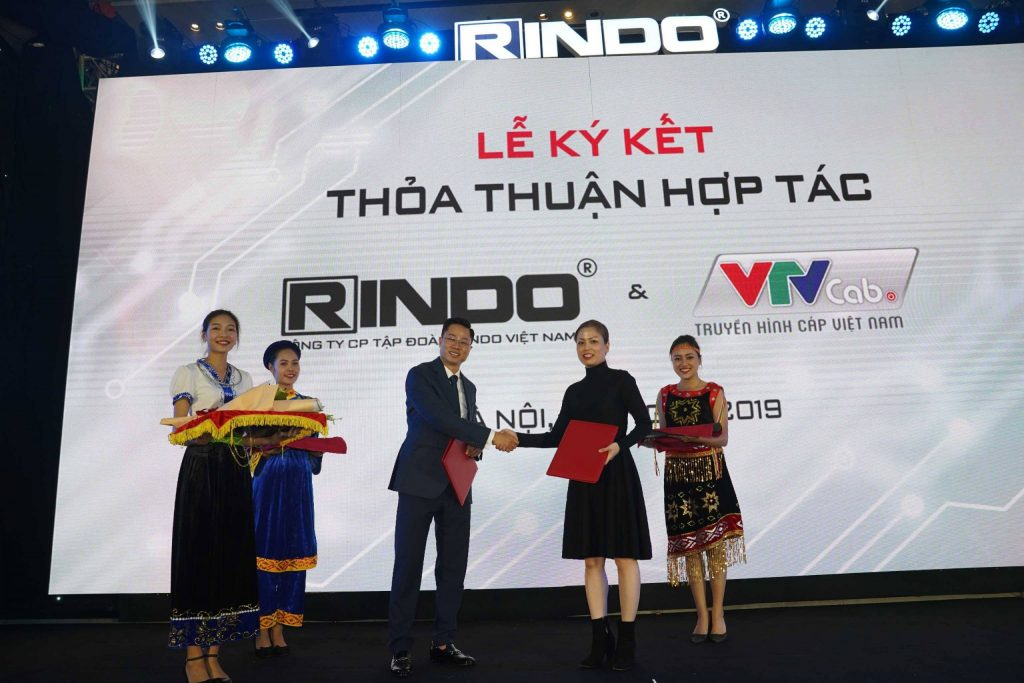 Đại diện VTVcab, bà Nguyễn Thị Hoàng Phương - Phó tổng giám đốc VTVcab ký hợp tác cung cấp nội dung độc quyền